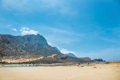 Die Leute, die bei Balos sich entspannen, setzen in Kreta, Griechenland auf den Strand Balos-Strand ist einer des schönen Strande stockbilder