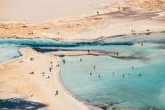 Die Leute, die bei Balos sich entspannen, setzen in Kreta, Griechenland auf den Strand Balos-Strand ist einer des schönen Strande stockbild