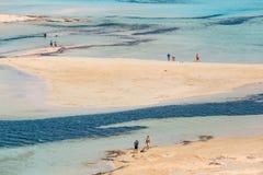 Die Leute, die bei Balos sich entspannen, setzen in Kreta, Griechenland auf den Strand Balos-Strand ist einer des schönen Strande lizenzfreies stockfoto