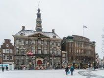 Die Leute, die das cityhall auf dem Schnee führen, bedeckten Markt in der Mitte von Den Bosch Lizenzfreie Stockfotos