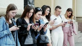 Die Leute, die den Handy verwenden, surfen das Internet, spielen das Spiel und den App zu benutzen stock video footage