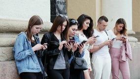 Die Leute, die den Handy verwenden, surfen das Internet, spielen das Spiel und den App zu benutzen stock video