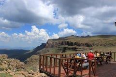 Die Leute, die außerhalb der sani Berghütte im sani essen, überschreiten, Lesotho Lizenzfreies Stockbild