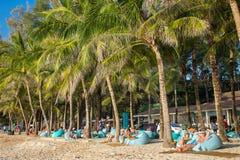 Die Leute, die auf der Couch beim Luxus-Surin stillstehen, setzen auf den Strand Lizenzfreie Stockfotos