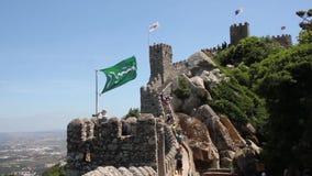 Die Leute, die auf die Wände des Schlosses von gehen, machen, Sintra, Portugal fest stock video