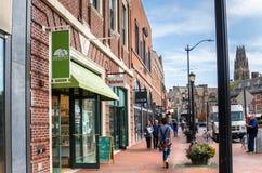 Die Leute, die auf einer Ziegelstein-Pflasterung aufwecken, zeichneten mit Shops und Restaurants in New-Haven, CT lizenzfreie stockfotos