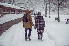 Die Leute, die auf Straße New York City Manhattan während des starken Schnees gehen, stürmen Blizzard und kühles Wetter Lizenzfreie Stockfotografie