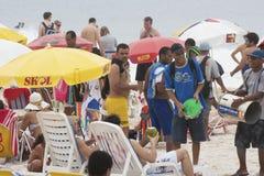 Die Leute, die das weltberühmte Copacabana genießen, setzen in Rio de Jane auf den Strand Stockfotografie