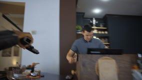 Die Leute, die den Shop berauben stock video footage