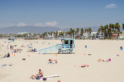 Die Leute, die einen sonnigen Tag in Venedig genießen, setzen, Kalifornien auf den Strand Lizenzfreies Stockbild