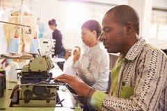 Die Leute, die an einer Gemeinschaft nähen, projektieren Werkstatt, Südafrika lizenzfreies stockfoto
