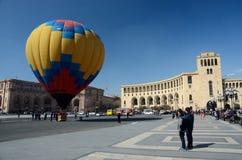 Die Leute, die Heißluft starten, steigen, Erevan, Armenien im Ballon auf Stockfoto