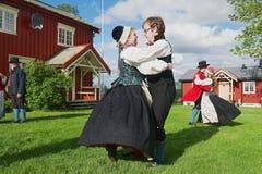 Die Leute, die historische Kostüme tragen, führen traditionellen Tanz in Roli, Norwegen durch stockbild
