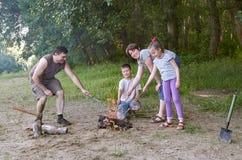 Die Leute, die im Wald, Familie Active in der Natur kampieren, zünden Feuer, Sommersaison an Lizenzfreie Stockfotografie