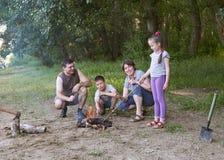 Die Leute, die im Wald, Familie Active in der Natur kampieren, zünden Feuer, Sommersaison an Stockfotografie