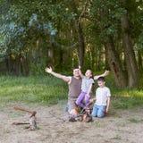 Die Leute, die im Wald, Familie Active in der Natur kampieren, zünden Feuer, Sommersaison an Stockbilder