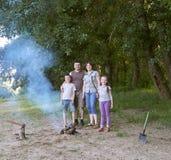 Die Leute, die im Wald, Familie Active in der Natur kampieren, zünden Feuer, Sommersaison an Stockfotos