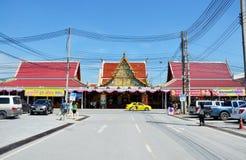 Die Leute, die Luang Pho Wat Rai Khing beten, sind eine Statue von Buddha an Stockfotos