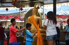 Die Leute, die Luang Pho Wat Rai Khing beten, sind eine Statue von Buddha an Stockfotografie