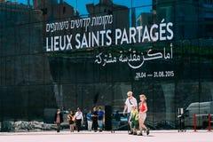 Die Leute, die nahe MUCEM gehen, sind modernes Gebäude des Museums von Europa Stockfotos