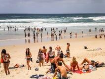 Die Leute, die am Surferparadies sich entspannen, setzen, Gold Coast auf den Strand. Stockfotos