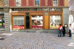 Die Leute, die vor dem berühmten Hanselmann-Kuchen sprechen, kaufen Stockfotografie