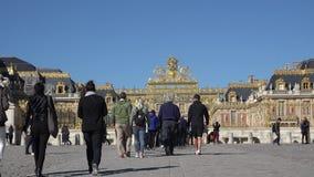 Die Leute, die gehen, besichtigen Versailles-Palast, Kulturtourismus stock video