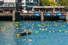 Die Leute haben Spaß teilnehmend das Schwimmensommerfestival Stockfotografie