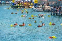 Die Leute haben Spaß teilnehmend das Schwimmensommerfestival Stockbilder