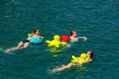 Die Leute haben Spaß teilnehmend das Schwimmensommerfestival Lizenzfreies Stockfoto
