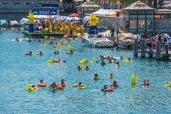 Die Leute haben Spaß teilnehmend das Schwimmensommerfestival Stockfoto