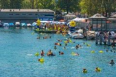 Die Leute haben Spaß teilnehmend das Schwimmensommerfestival Lizenzfreie Stockfotos