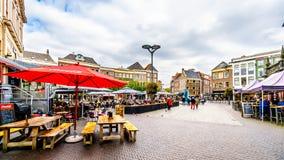 Die Leute, die heraus am Mittelquadrat gehen, radfahren und h?ngen, nannten Grote Plein in Zwolle lizenzfreie stockfotos