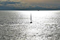 Die Leute lernen, wie man ein Boot segelt stockfoto