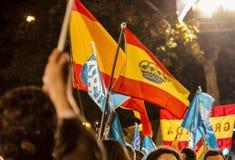 Die Leute mit Konservativem und Staatsflaggen Parlamentswahl feiernd ergeben Madrid, Spanien Lizenzfreies Stockbild