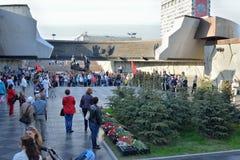 Die Leute am Monument zu den 900 Tagen der Blockade während des Th Lizenzfreies Stockfoto