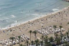 Die Leute, die in Postiguet baden, setzen im Herbst bei 25 Grad auf den Strand Stockbild