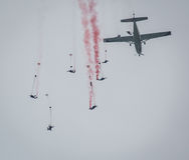 Die Leute springend vom flachen Fallschirmspringen Lizenzfreie Stockfotos