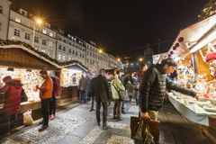 2017 - Die Leute und Touristen, welche die Weihnachtsmärkte beim Wenceslas besuchen, quadrieren in Prag Lizenzfreie Stockfotografie