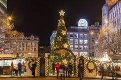 2017 - Die Leute und Touristen, welche die Weihnachtsmärkte beim Wenceslas besuchen, quadrieren in Prag Stockbilder