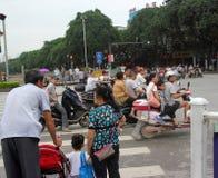 Die Leute warten Ampel in GUI Lin Lizenzfreies Stockfoto