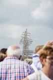 Die Leute warten auf die Boote im Meer in Europa Stockfotos