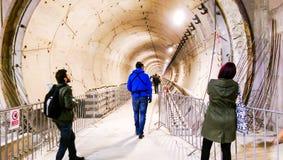 Die Leute, welche die U-Bahn besuchen, legen von der 5. Bukarest-Linie einen Tunnel an Stockbild