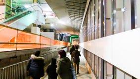 Die Leute, welche die U-Bahn besuchen, legen von der 5. Bukarest-Linie einen Tunnel an Stockfotografie