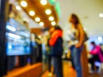 Die Leutelinie, zum des Auftrags im Café zu erteilen verwischte Hintergrund Stockbilder