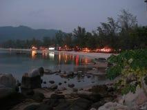 Die Lichter bei Sairee setzen auf der Insel von Koh Tao, Thailand auf den Strand Lizenzfreie Stockbilder