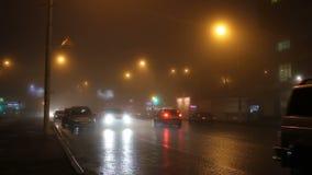 Die Lichter der Nachtstadt im Nebel und in den Autos auf Straße stock video