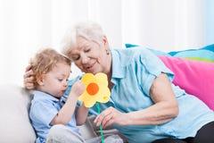 Die Liebe der Großmutter lizenzfreies stockfoto