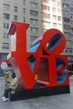 Die LIEBES-Skulptur in Manhattan Stockbild