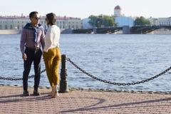 Die liebevollen Paare gehen auf Damm eines Fluss ` Neva-` lizenzfreie stockfotografie